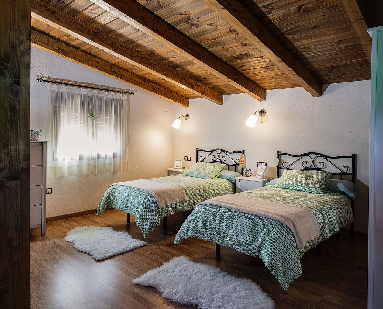 Bedroom with two beds ideal for guests or children, ceilings and wooden parquet